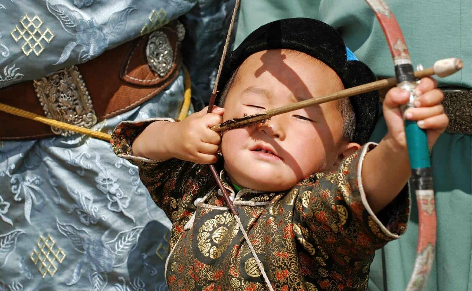 Junger mongolischer Bogenschießer