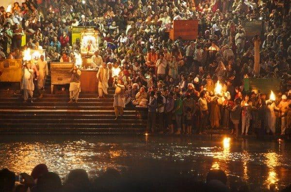 Die-10-schönsten-Reiseziele-in-Nordindien-Lichterzeremonie-Haridwar